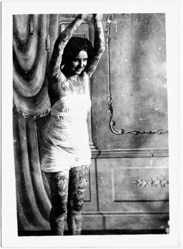 vintage photos - women with tattoos 10